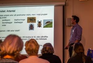 Mikael Molander berättar om skalbaggar på sandig mark. Foto Gunder Jönsson.