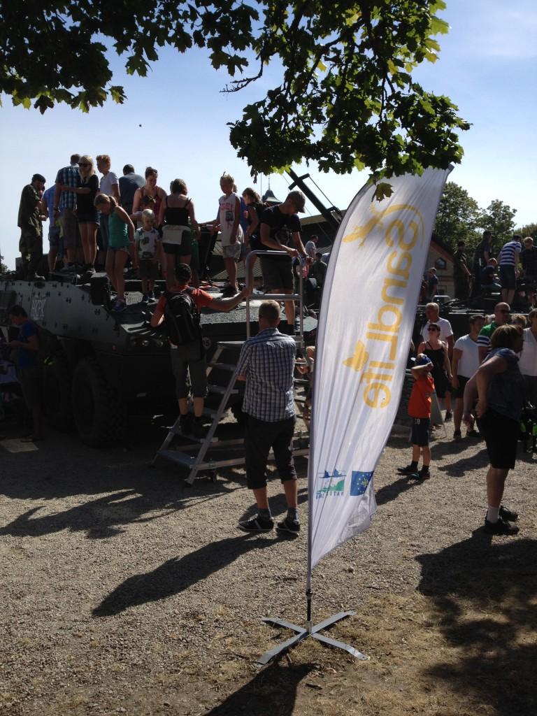 Sand Life bland stridsvagnar på Regementets dag