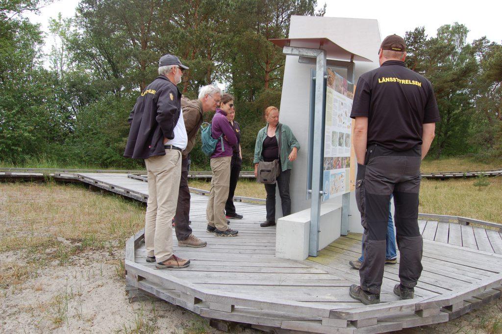 Maria Sandell visar kommissionens Ana Klevnovska utemuseet i Friseboda.